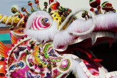 Сторона китайской головы дракона Outdoors проходит парадом Стоковые Фото