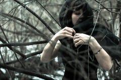 Сторона конца-вверх красивой молодой незамужней женщины в депрессии в черной вуали, в черно-белой концепции Стоковые Изображения