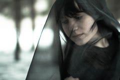 Сторона конца-вверх красивой молодой незамужней женщины в депрессии в черной вуали, в черно-белой концепции Стоковое Изображение RF