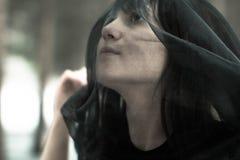 Сторона конца-вверх красивой молодой незамужней женщины в депрессии в черной вуали, в черно-белой концепции стоковая фотография rf