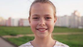 Сторона конца-вверх счастливой маленькой девочки против лужайки города видеоматериал