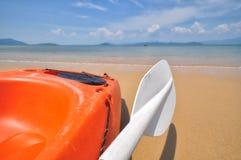 Сторона конца-вверх шлюпки каяка с затвором на тропической предпосылке пляжа Стоковые Фото