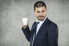 Сторона кофе от красивого бизнесмена стоковое фото