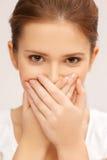 Сторона красивого девочка-подростка покрывая ее рот стоковое фото rf