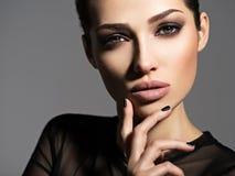 Сторона красивой девушки с закоптелым составом глаз стоковая фотография