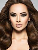 Сторона красивой женщины с длинными каштановыми волосами стоковое фото rf