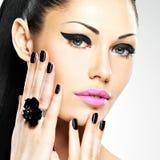 Сторона красивой женщины с черными ногтями и розовыми губами Стоковые Фотографии RF