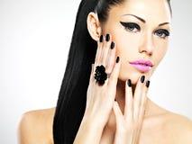 Сторона красивой женщины с черными ногтями и розовыми губами Стоковое Изображение RF