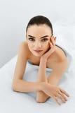 Сторона красотки Женщина портрета с чистой кожей Принципиальная схема внимательности кожи стоковое фото
