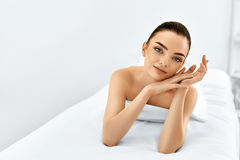 Сторона красотки Женщина портрета с чистой кожей Принципиальная схема внимательности кожи стоковая фотография rf