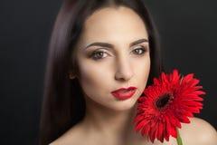 Сторона красоты женщины Женщина крупного плана красивая при сторона красоты касаясь ее мягкой коже Портрет сексуальной усмехаясь  Стоковая Фотография