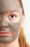 Сторона крупного плана женская с маской ухода за лицом грязи глины Стоковая Фотография