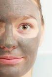 Сторона крупного плана женская с маской ухода за лицом грязи глины Стоковые Фотографии RF