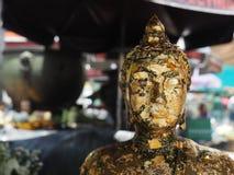 Сторона крупного плана статуи Будды с нерезкостью движения предпосылки Стоковое Фото