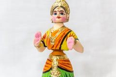 Сторона куклы танцев Thanjavur вызванной как Thalaiyatti Bommai в языке Тамильского языка с подобным традиционным платьем и oranm Стоковая Фотография RF