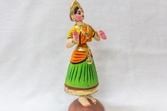 Сторона куклы танцев Thanjavur вызванной как Thalaiyatti Bommai в языке Тамильского языка с подобным традиционным платьем и oranm Стоковые Изображения