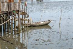 Сторона маленькой лодки на море с мягким светом иллюстрация штока