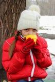 Сторона милой маленькой девочки с чашкой в руках стоковые изображения rf