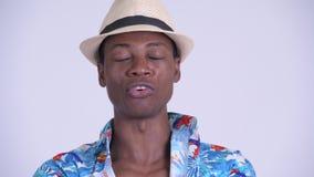 Сторона молодого серьезного африканского туристского человека не кивая головой не видеоматериал