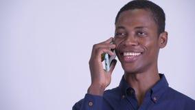 Сторона молодого счастливого африканского бизнесмена говоря по телефону сток-видео