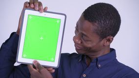 Сторона молодого счастливого африканского бизнесмена показывая цифровой планшет сток-видео