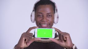 Сторона молодого счастливого африканского телефона показа человека готового на зима видеоматериал