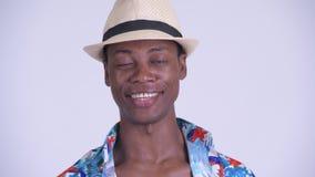 Сторона молодого счастливого африканского туристского человека кивая головой да сток-видео