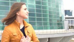Сторона молодой женщины смотря отсутствующий outdoors Закройте вверх по портрету профиля красивой девушки сток-видео