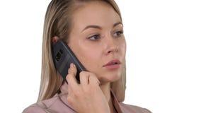 Сторона молодой жизнерадостной коммерсантки говоря на мобильном телефоне на белой предпосылке стоковое фото rf