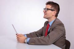 Сторона молодого бизнесмена с таблеткой, смотря вверх Стоковые Изображения RF