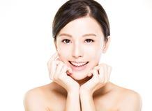 Сторона молодой женщины крупного плана усмехаясь с чистой кожей стоковая фотография rf