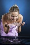 Сторона мытья девушки красоты Стоковые Изображения RF