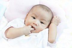 Сторона младенца лежала на кровати стоковое изображение rf