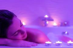 Сторона нижнего света сняла женщины в ванне пены Стоковая Фотография RF