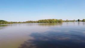 Сторона озера с пульсациями воды в бухте сток-видео