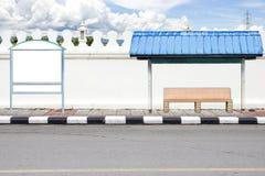 Сторона дороги и белая большая стена с ждать шины. Стоковое Фото