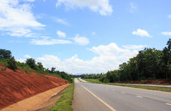 Сторона дороги с небом дерева и облаков Стоковое фото RF