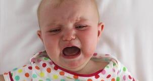 Сторона плача младенца на белой предпосылке видеоматериал