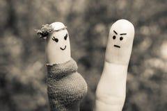 Сторона покрашенная на пальцах Человек был расстроен потому что женщина беременна Стоковая Фотография