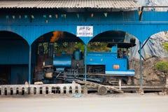 Сторона припаркованная поездом сарая игрушки водителя Darjeeling стоковая фотография