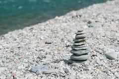 Сторона реки камня стога баланса стоковая фотография