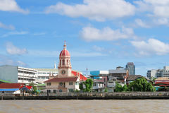 Сторона Рекы Phraya chao церков Santa Cruz, Бангкок, Таиланд Стоковое фото RF