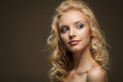 Сторона светлых волос красивейшей молодой женщины курчавых Стоковая Фотография