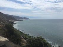 Сторона скалы Калифорнии на океане Стоковые Изображения