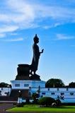Сторона стоящего изображения Будды на красивом голубом небе. Стоковые Изображения