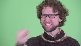 Сторона счастливого молодого бородатого человека получая хорошие новости акции видеоматериалы