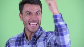 Сторона счастливого молодого испанского человека получая хорошие новости видеоматериал