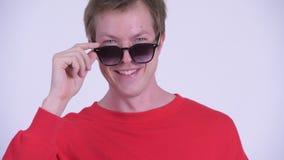 Сторона счастливого молодого красивого человека peeking над солнечными очками сток-видео