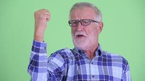 Сторона счастливого старшего бородатого человека хипстера получая хорошие новости видеоматериал