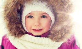 Сторона счастливых маленького ребенка или девушки в одеждах зимы Стоковые Изображения RF